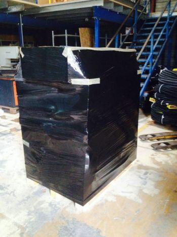 Emballage avec un film noir afin d'éviter d'attirer l'œil sur le matériel électrique ainsi que la pieuvre.